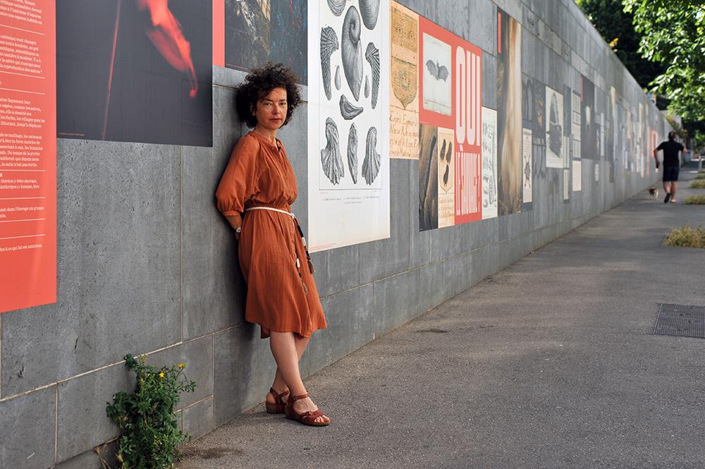 Hélène David, devant l'installation Le cantique des moineaux, le 5 juin 2021 © Christophe Asso